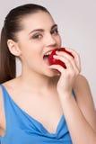 Όμορφο κορίτσι που δαγκώνει το μεγάλο υγιές μήλο Στοκ εικόνες με δικαίωμα ελεύθερης χρήσης