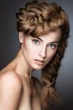 有轻的构成的美丽的女孩,完善的皮肤 免版税图库摄影