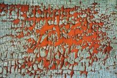生锈的金属表面上的老绿色破裂的油漆 免版税库存照片