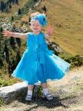 有泡影吹风机的可爱的小孩女孩在草甸的草 夏天绿色自然背景 免版税库存照片