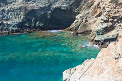 蓝色盐水湖和岩石海岸线 库存照片