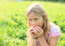 яблоко есть девушку Стоковое Изображение RF