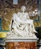 米开朗基罗著名雕塑圣母怜子图在圣皮特圣徒・彼得教会里面的我 库存照片