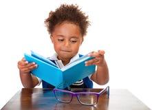 Книги чтения мальчика Стоковое Изображение RF