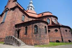 有古老的天主教堂的红砖墙壁的街道 库存照片