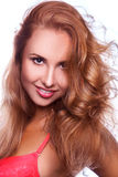 微笑在照相机的逗人喜爱的红色头发妇女 免版税图库摄影