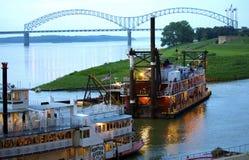 一条驳船和蒸汽小船在街市孟菲斯怀有 免版税库存照片