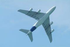 在宽机体之下的班机 免版税库存图片