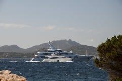 最大的游艇和小游艇撒丁岛 免版税库存图片