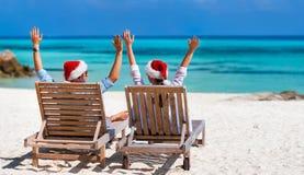 在热带海滩的夫妇 免版税库存照片