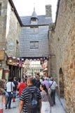 游人在圣米歇尔山修道院里 库存图片