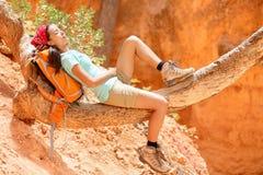 躺下休息的松弛妇女的远足者 免版税图库摄影