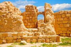 在被破坏的墙壁的曲拱窗口 免版税库存照片
