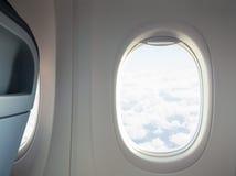 与窗口和椅子的飞机或喷气机内部 免版税库存照片
