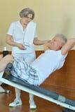在健身房的退休的夫妇 免版税库存照片