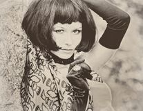Προκλητική όμορφη όμορφη γυναίκα με τη μαύρη αναδρομική εκλεκτής ποιότητας σέπια βαριδιών Στοκ Φωτογραφία