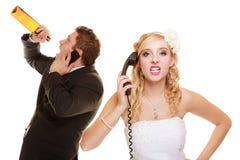 婚姻 恼怒的新娘和新郎谈话在电话 免版税库存照片