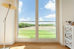Άποψη από τα μεγάλα παράθυρα μπαλκονιών Στοκ εικόνα με δικαίωμα ελεύθερης χρήσης