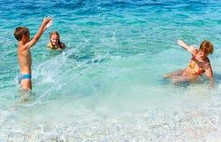 家庭在海(希腊)的暑假 库存图片