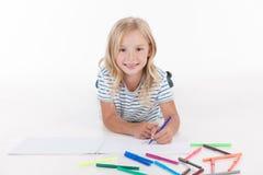 与铅笔的愉快的俏丽的女孩图画 免版税库存图片