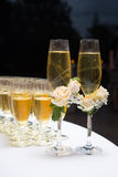 Διακοσμημένα γαμήλια γυαλιά με τη σαμπάνια Στοκ εικόνα με δικαίωμα ελεύθερης χρήσης