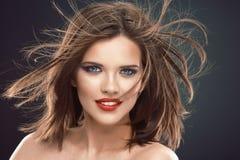 与长的头发的女性模型在行动 库存照片