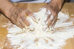 Χέρια που κατασκευάζουν τη ζύμη με το αλεύρι και το αυγό Στοκ εικόνες με δικαίωμα ελεύθερης χρήσης