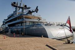 有直升机的游艇 免版税库存照片