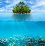 水下的珊瑚礁海底和表面与热带海岛 库存图片