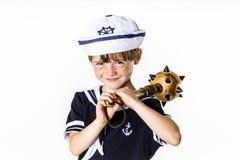 在水手服打扮的逗人喜爱的小男孩 免版税库存照片