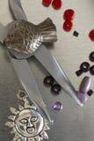 Собрание деталей и пинцета ювелирных изделий моды Стоковая Фотография