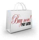 Αγοράστε τώρα την πιό πρόσφατη διαπραγμάτευση προσφοράς πιστωτικής χρηματοδότησης τσαντών αγορών λέξεων αμοιβής Στοκ Φωτογραφία