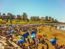 拥挤海滩在马德普拉塔 图库摄影