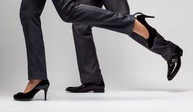 快速的事务:男性和女性腿跑 图库摄影
