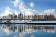 Φύση άνοιξη με τον ποταμό Στοκ εικόνα με δικαίωμα ελεύθερης χρήσης
