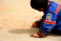 打在道路的小越南男孩比赛 免版税库存图片
