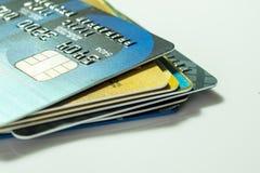 Более близкая поднимающая вверх кредитная карточка Стоковая Фотография