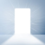 在与明亮的光的白色墙壁门道入口 免版税图库摄影