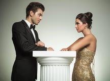 Ο κομψοί άνδρας και η γυναίκα εξετάζουν ο ένας τον άλλον Στοκ φωτογραφία με δικαίωμα ελεύθερης χρήσης
