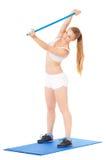 усмехаться привлекательной пригодности крупного плана камеры поднимаясь утяжеляет женщину Стоковое Изображение RF