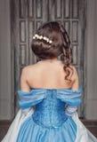 蓝色礼服的美丽的中世纪妇女,后面 免版税库存照片
