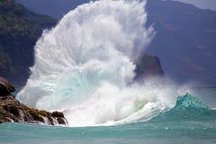 Θεαματικό σπάσιμο κυμάτων ακτών στη Χαβάη Στοκ Φωτογραφίες