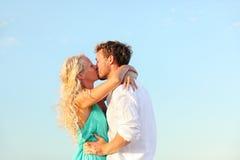 在爱的浪漫亲吻的夫妇 免版税图库摄影