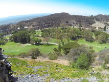 山和高尔夫球场的看法从遭难的餐馆 免版税库存图片