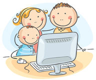 在计算机的愉快的家庭 免版税图库摄影
