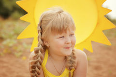 嬉戏的小女孩画象在度假 库存照片