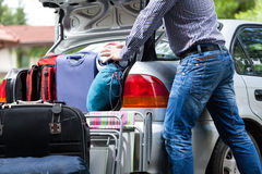 Слишком мало багажника автомобиля для багажа Стоковая Фотография