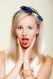 惊奇的妇女面孔,女孩减速火箭的样式开放嘴表情 免版税图库摄影