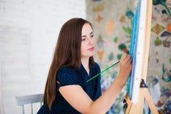 艺术家在帆布的绘画图片 免版税库存照片