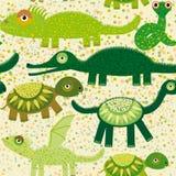 与鳄鱼,乌龟,龙,鬣鳞蜥,蛇的快乐的无缝的样式 绿色背景 免版税库存照片